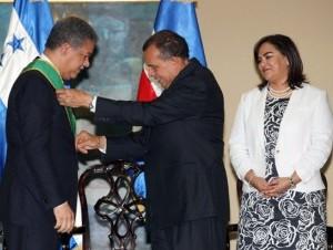 Reconocimiento a ex presidente leonel fernandez reina en honduras